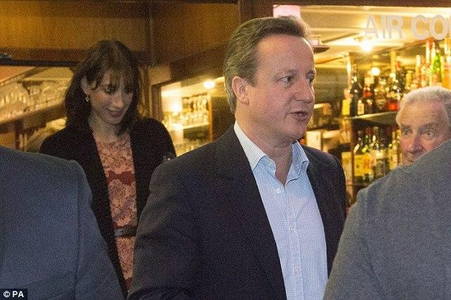 """Thủ tướng Anh ăn tối, dự dạ tiệc """"quên sầu"""" Brexit - 1"""