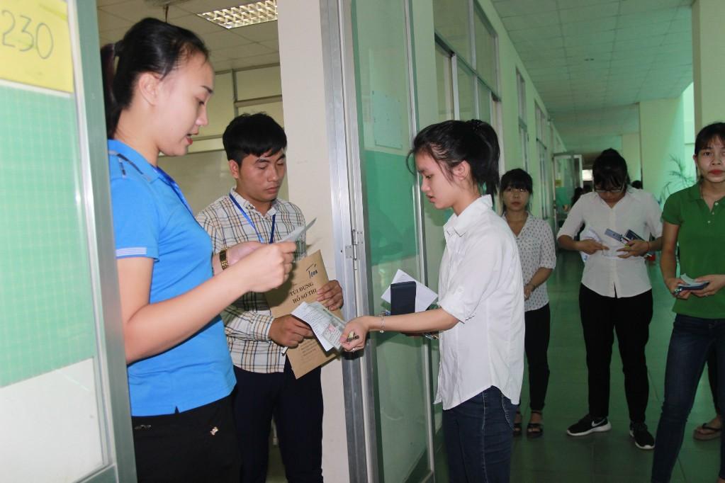 Sĩ tử hồi hộp bước vào môn thi đầu tiên - 25