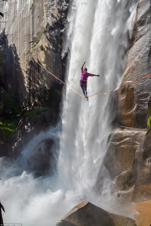 Thót tim cô gái tập yoga trên sợi dây cạnh thác nước - 2