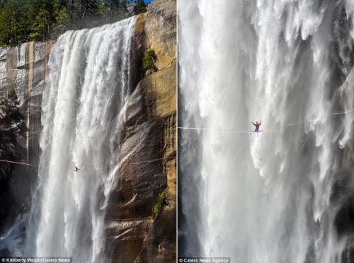 Thót tim cô gái tập yoga trên sợi dây cạnh thác nước - 3