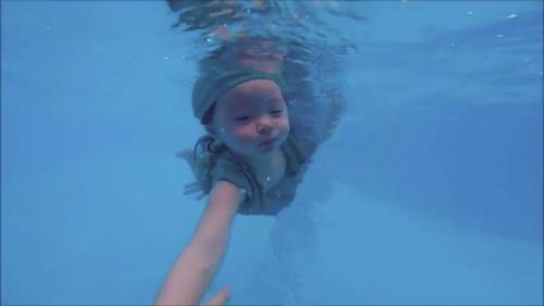 Mới 2 tuổi, con gái Elly Trần đã bơi như vận động viên - 2
