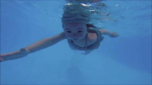 Mới 2 tuổi, con gái Elly Trần đã bơi như vận động viên - 3