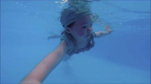 Mới 2 tuổi, con gái Elly Trần đã bơi như vận động viên - 4