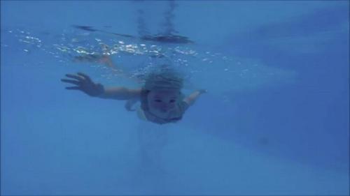 Mới 2 tuổi, con gái Elly Trần đã bơi như vận động viên - 5