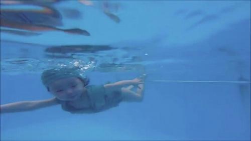 Mới 2 tuổi, con gái Elly Trần đã bơi như vận động viên - 6