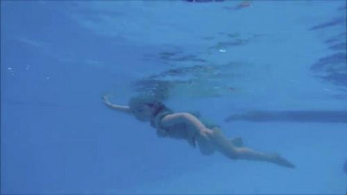 Mới 2 tuổi, con gái Elly Trần đã bơi như vận động viên - 7