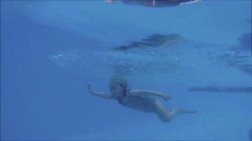Mới 2 tuổi, con gái Elly Trần đã bơi như vận động viên - 8