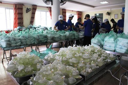 Thức thâu đêm lo 3.000 suất cơm miễn phí tại cụm thi Vinh - 2