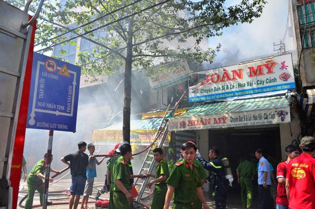 Cháy cửa hàng hoa giả, hàng trăm người hốt hoảng - 1