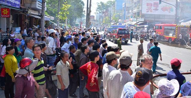 Cháy cửa hàng hoa giả, hàng trăm người hốt hoảng - 3