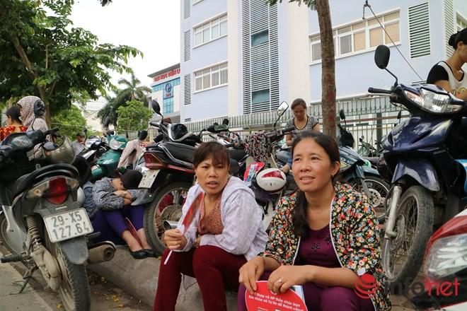 Bố mẹ mang cặp lồng cơm chờ con thi tốt nghiệp - 2
