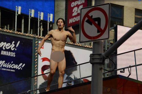 Mỹ nam khỏa thân làm loạn phố New York cực kỳ nổi tiếng - 1