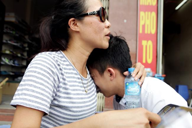 Làm tốt môn Toán, sĩ tử vẫn khóc nức nở trên vai mẹ - 2