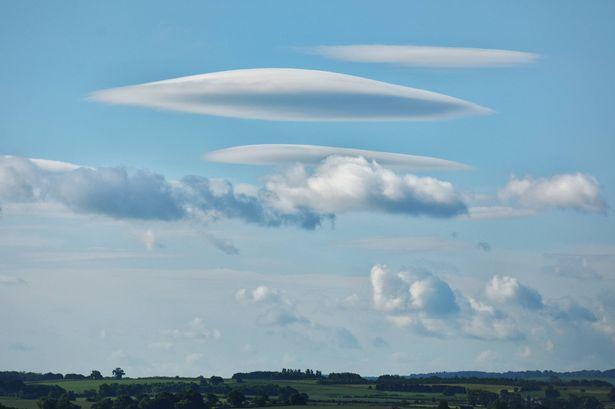 """Một loạt mây """"đĩa bay"""" che phủ bầu trời Anh - 1"""