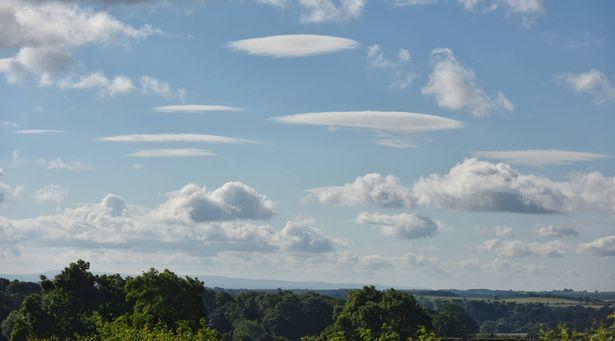 """Một loạt mây """"đĩa bay"""" che phủ bầu trời Anh - 3"""