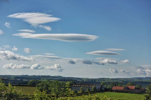 """Một loạt mây """"đĩa bay"""" che phủ bầu trời Anh - 2"""