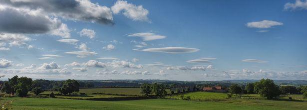 """Một loạt mây """"đĩa bay"""" che phủ bầu trời Anh - 4"""