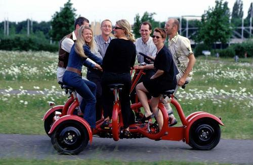 """ConferenceBike: Xe đạp """"hội thảo di động"""" với 7 chỗ ngồi - 1"""