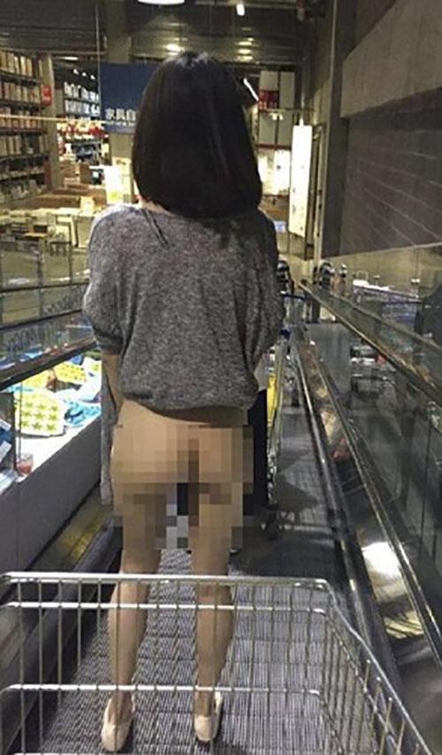 """Thiếu nữ TQ """"quên"""" mặc quần đi mua sắm ở siêu thị - 1"""
