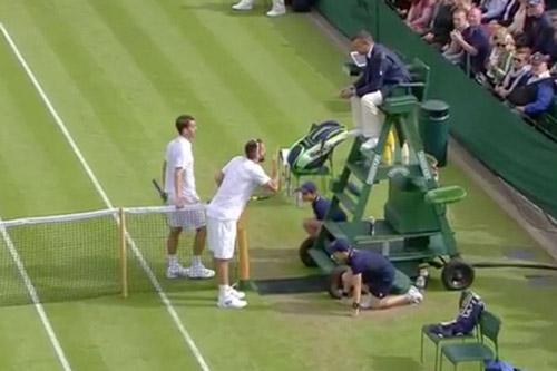"""Wimbledon: """"Siêu quậy"""" đập vợt, thóa mạ trọng tài - 1"""