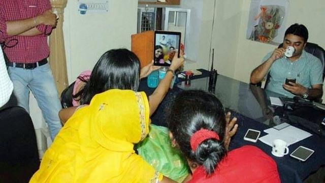 """Ấn Độ: Mất chức vì chụp """"tự sướng"""" với nạn nhân hiếp dâm - 1"""