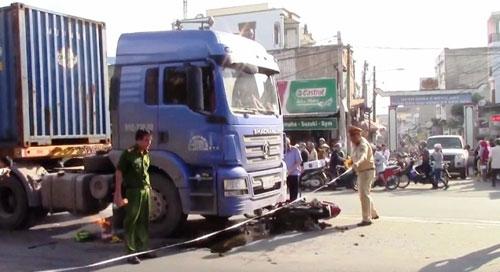 Hai vụ tai nạn, hai phụ nữ tử vong dưới bánh container - 1