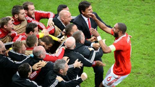 """Lại lập kỳ tích EURO, ĐT xứ Wales như """"phát cuồng"""" - 3"""