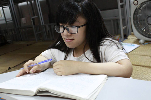 Cô gái xương thủy tinh mơ ước thành sinh viên CNTT - 1