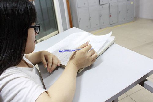 Cô gái xương thủy tinh mơ ước thành sinh viên CNTT - 2