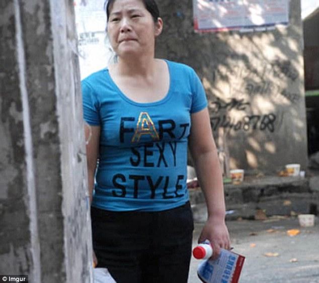 Hàng loạt áo phông Trung Quốc in chữ thô tục, nhạy cảm - 1