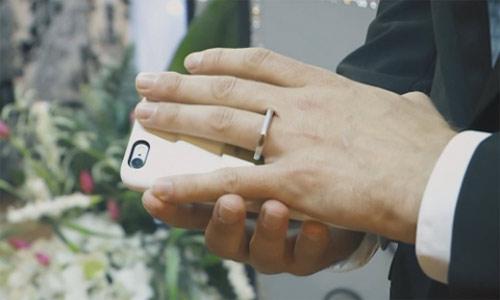 Kỳ lạ người đàn ông kết hôn với điện thoại - 2