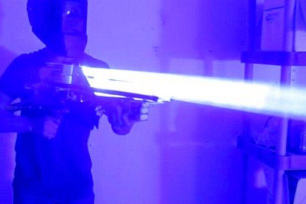 Tự chế súng lazer sáng gấp 33 triệu lần mặt trời - 1