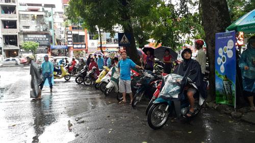 Thi Vật Lý: Phụ huynh đợi con trong mưa lớn - 7