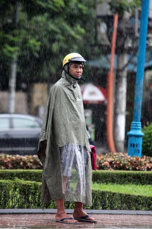 Thi Vật Lý: Phụ huynh đợi con trong mưa lớn - 6