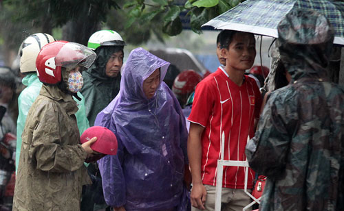 Thi Vật Lý: Phụ huynh đợi con trong mưa lớn - 2