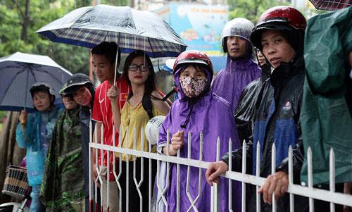 Thi Vật Lý: Phụ huynh đợi con trong mưa lớn - 3