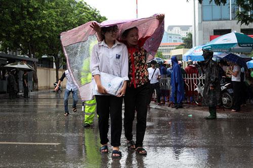 Thi Vật Lý: Phụ huynh đợi con trong mưa lớn - 10