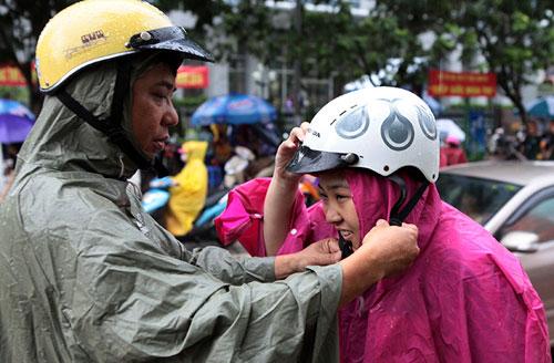 Thi Vật Lý: Phụ huynh đợi con trong mưa lớn - 13