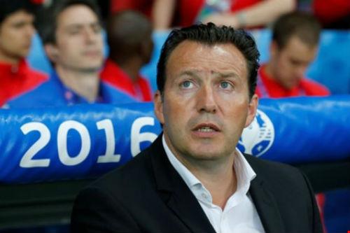 Thua sốc Wales, HLV Wilmots và thủ môn Courtois chỉ trích nhau - 1