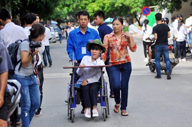 Thí sinh bị liệt 2 chân ước mơ làm cô giáo Tiếng Anh - 1