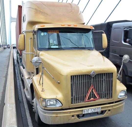 """TPHCM: Cầu Phú Mỹ """"tê liệt"""" vì 2 ô tô """"nằm vạ"""" - 1"""