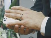Bạn trẻ - Cuộc sống - Kỳ lạ người đàn ông kết hôn với điện thoại