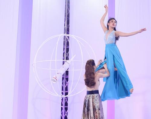 Clip: Hà Hồ bực vì Phạm Hương có quyền loại thí sinh - 3