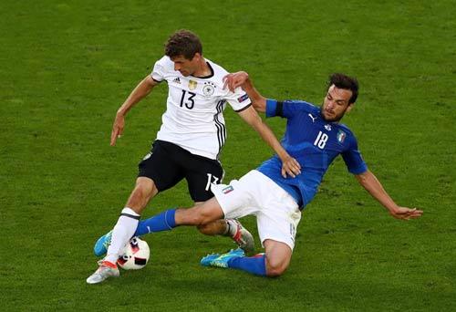 """Góc ảnh Đức – Italia: """"Lửa"""" ở dưới sân & trên khán đài - 4"""