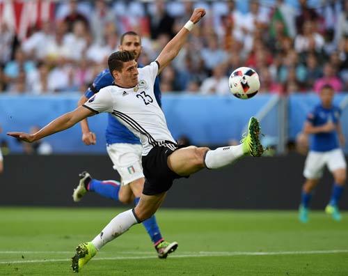 """Góc ảnh Đức – Italia: """"Lửa"""" ở dưới sân & trên khán đài - 7"""