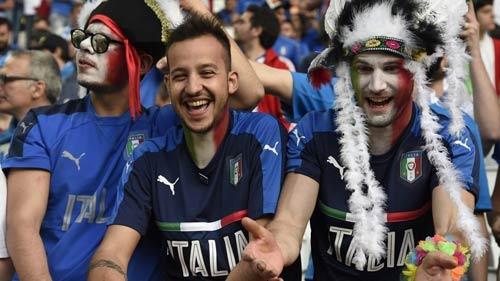 """Góc ảnh Đức – Italia: """"Lửa"""" ở dưới sân & trên khán đài - 2"""