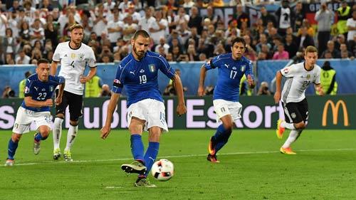 """Góc ảnh Đức – Italia: """"Lửa"""" ở dưới sân & trên khán đài - 11"""