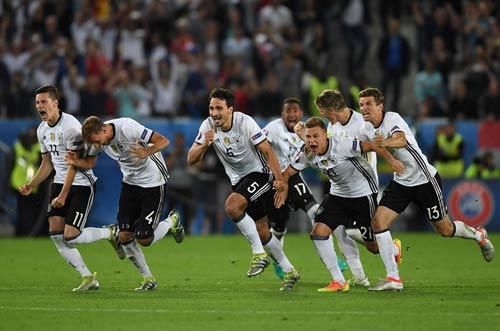 """Góc ảnh Đức – Italia: """"Lửa"""" ở dưới sân & trên khán đài - 12"""