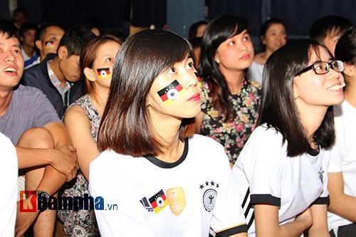 Fan nữ xinh ĐT Đức mở hội sau phút thăng hoa - 2