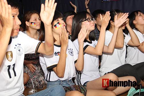 Fan nữ xinh ĐT Đức mở hội sau phút thăng hoa - 4